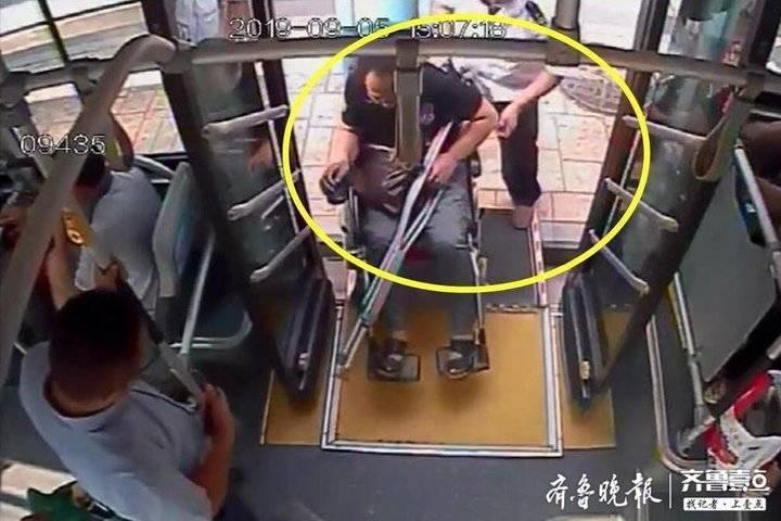 暖!济南:特需乘客上车遇麻烦,公交司机帮忙抬轮椅