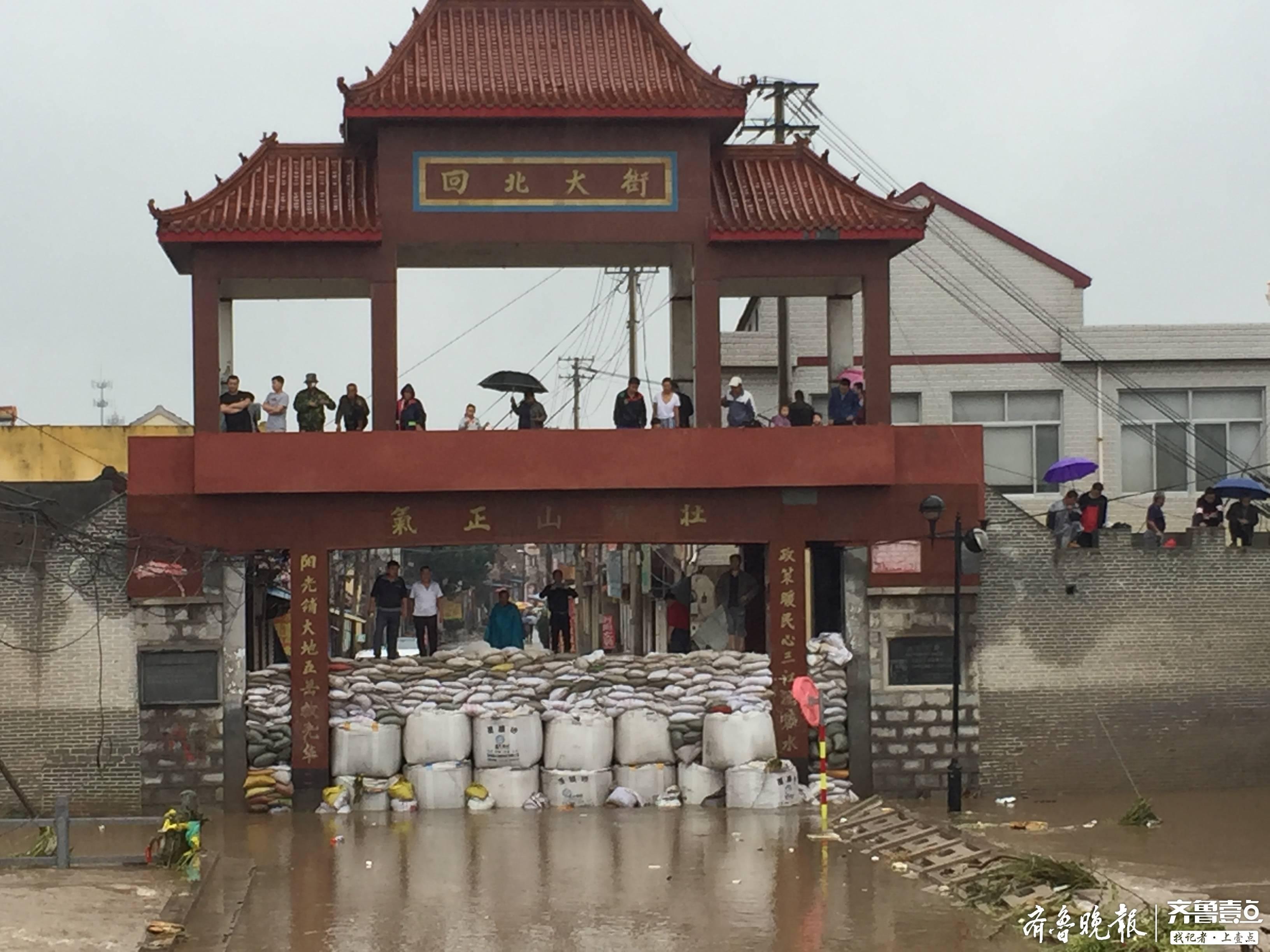 章丘回村:400余吨沙子筑成防水墙,积水退去集市如约开放