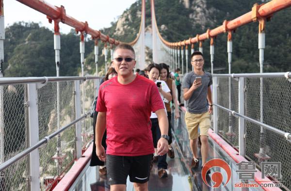 两岸媒体打卡天蒙旅游区 体验惊险刺激玻璃栈道