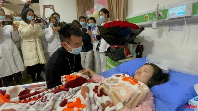 最美求婚!男子病房向患癌女友求婚 双方父母现场见证笑着流泪