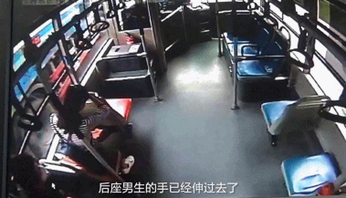 司机抱住跳窗男子,阻止其逃走,猥琐男公交上摸女孩被带到派出所