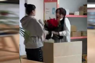 笑喷!杭州一男生藏快递箱里欲求婚,被他人错拆惊喜差点给错了人