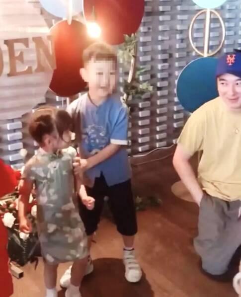 王思聪带美女买梅花鹿 双膝跪地与小朋友合影很贴心