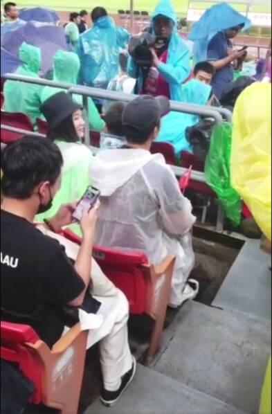 暖心!杜江一家三口看球赛被偶遇 霍思燕亲吻嗯哼母爱爆棚