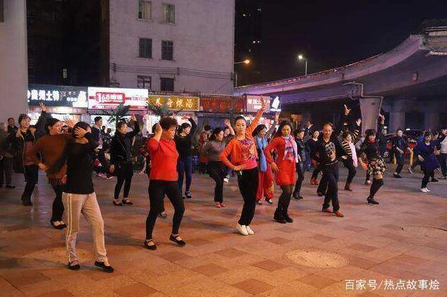 小区居民放大悲咒对抗广场舞 广场舞大妈这是遇到对手了
