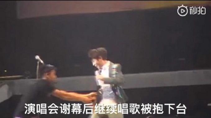 吴青峰演唱会被抱下台 这波操作简直让粉丝笑到头掉,笑出猪叫