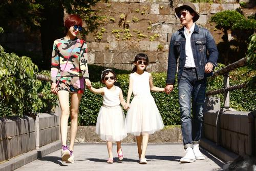 陆毅老婆携女儿拍大片,贝儿穿机车服逆天大长腿抢镜