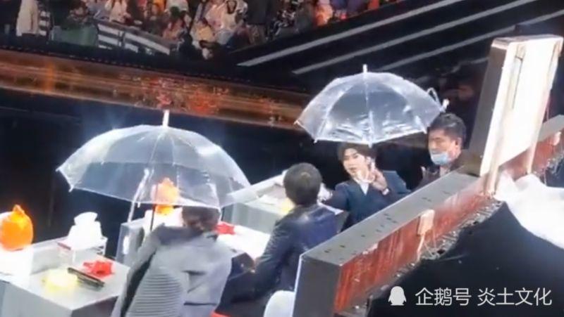 暖心boy!蔡徐坤给张凯丽让伞 绅士、彬彬有礼无处不在!