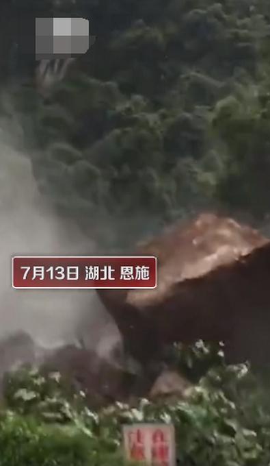 【自带金钟罩】山体塌方巨石滚落男子淡定拍照网友:泰山崩于前而色不变